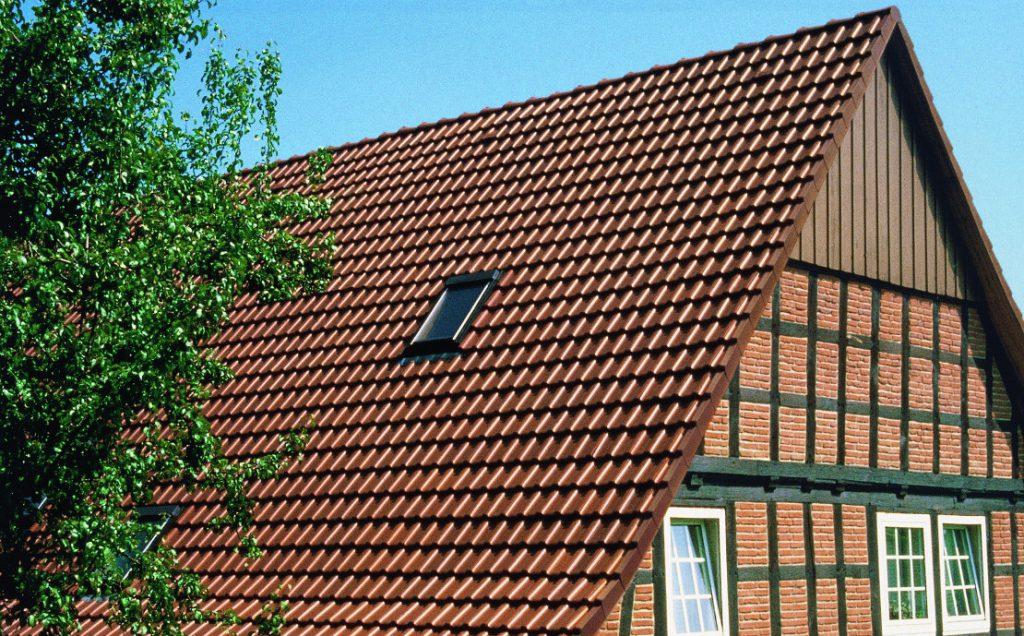 Czym pokryć dach, żeby służył latami bez względu na warunki atmosferyczne?