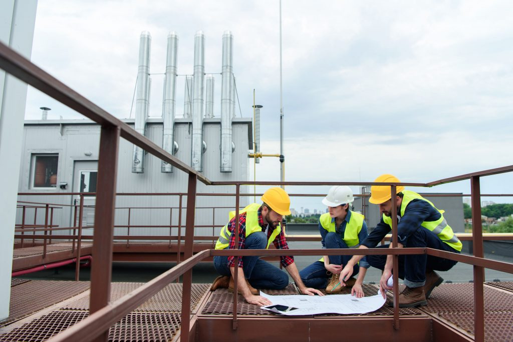 W jaki sposób najbezpieczniej dostać się na dach budynku?