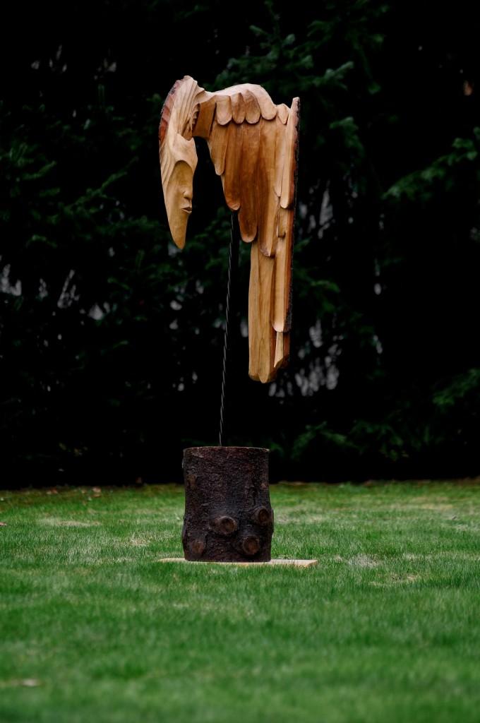 Rzeźby z drewna w ogrodzie – hit czy kit?