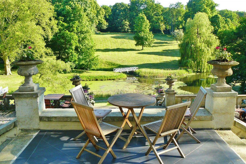 Stoły i krzesła ogrodowe kupować w zestawach czy osobno? Co bardziej się opłaca?